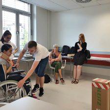 Fortbewegung mit dem Rollstuhl - eine Station bei der Entdeckertour