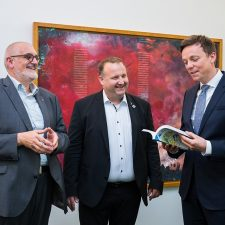 Offizielle Übergabe des Jahresberichts an an den saarländischen Ministerpräsidenten Tobias Hans