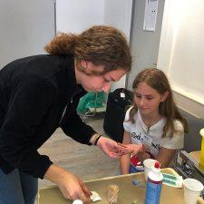 Zwei Schülerinnen messen den Blutzucker im UKS