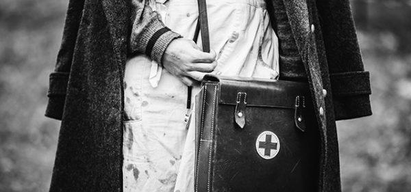 Pflegekraft mit historischer Bekleidung