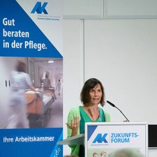 Beatrice Zeiger bei der Begrüßung zum Zukunftsforum