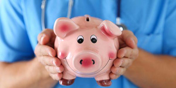 Sparschwein und Pflegekraft: Erhöhnung des Pflegmindestlohn