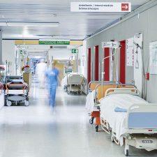 Pflegekraft im Krankenhausflur
