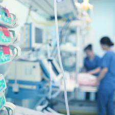 Pflegekräfte bei der Arbeit - bessere Arbeitsbedingungen gefordert