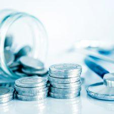 Stethoskop und Euromünzen