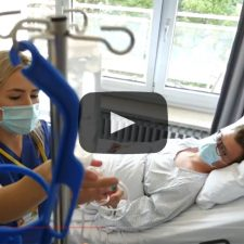 Vorschaubild Pflegefilme - Pflegerin versorgt im Bett liegenden Patienten