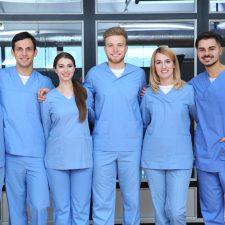 Pflegekräfte stehen lächeln beisammen