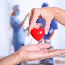 Mit Leib und Seele: Pflegekraft gibt figürliches Herz weiter
