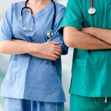 Zwei Pflegekräfte mit verschränkten Armen