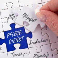 Frau legt Puzzleteilen mit Begriffen rund um den Pflegedienst