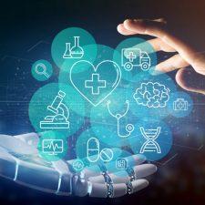 Roboter- und menschliche Hand berühren Wolken mit medizinischen Icons